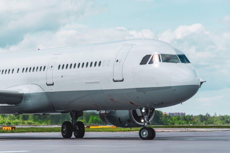 O avião taxiing na pista de decolagem antes do voo de partida foto de stock royalty free