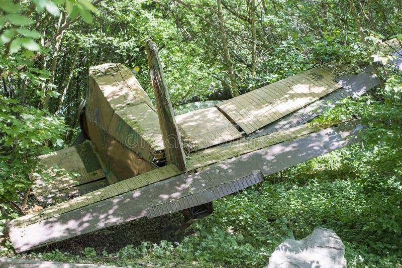 O avião velho deixou de funcionar dentro profundamente - madeiras verdes A emergência perdida do avião aterrou na floresta, selva imagens de stock royalty free