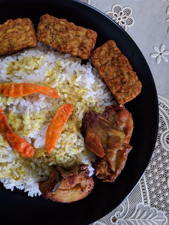 O ayam de Nasi ou o arroz da galinha são em casa culinário indonésio fotografia de stock