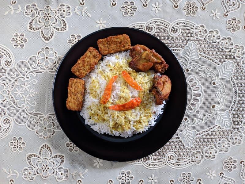 O ayam de Nasi ou o arroz da galinha são em casa culinário indonésio imagens de stock