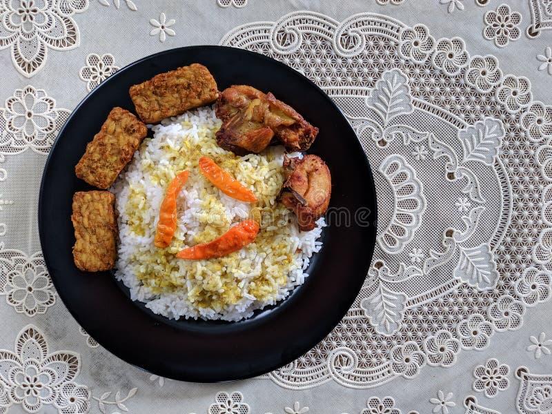 O ayam de Nasi ou o arroz da galinha são em casa culinário indonésio imagem de stock royalty free