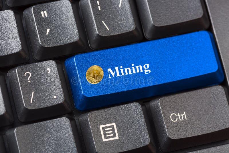 O azul coloriu o botão da mineração de Bitcoin no teclado de computador preto Conceito cripto da segurança da informação da priva fotos de stock