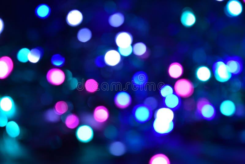 O azul cor-de-rosa ilumina o fundo escuro do festival de Bokeh fotografia de stock royalty free