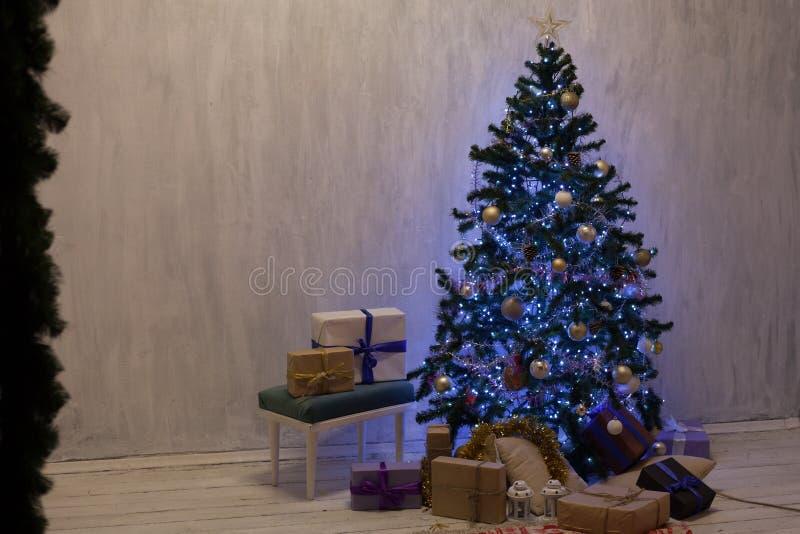 O azul da árvore de Natal ilumina a decoração branca da casa da festão dos presentes de época natalícia do ano novo fotos de stock