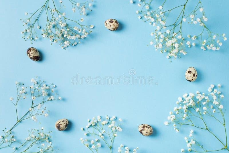O azul da mola floresce o quadro do fundo de easter com ovos imagem de stock