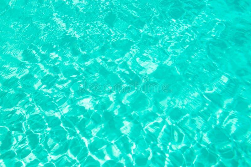 O azul de turquesa rasgou o conceito do verão do fundo da água da piscina fotografia de stock royalty free