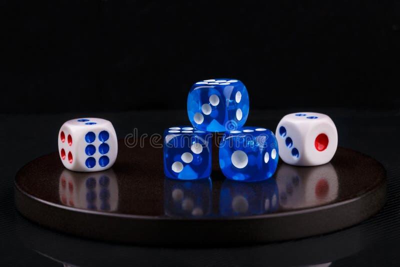 O azul e o branco cortam em uma base de pedra redonda Fundo preto foto de stock