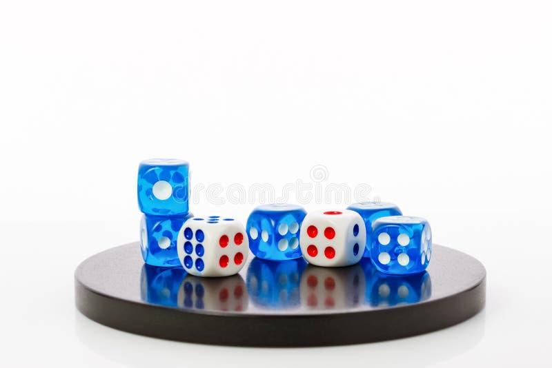 O azul e o branco cortam em uma base de pedra redonda imagens de stock