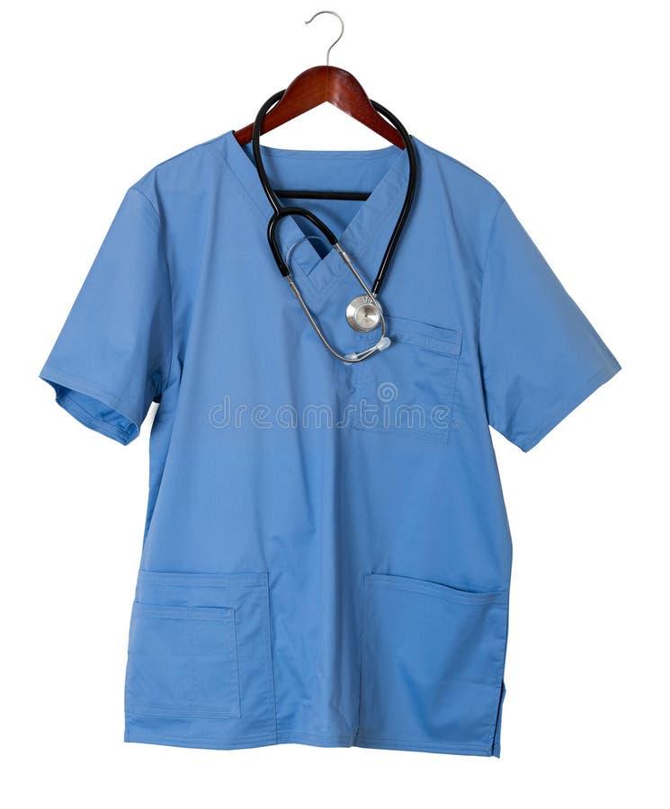 O azul esfrega a camisa para a suspensão profissional médica isolada imagem de stock