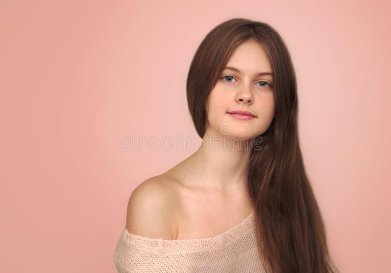 O azul eyed a menina tímida de cabelo marrom com cabelo de fluxo imagem de stock royalty free