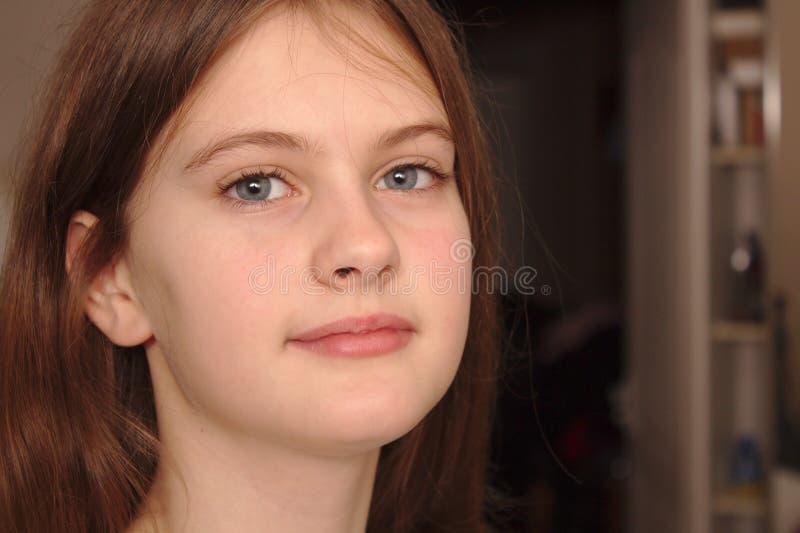 o azul eyed a menina tímida de cabelo marrom no t-shirt Tiro modelo do estúdio imagens de stock