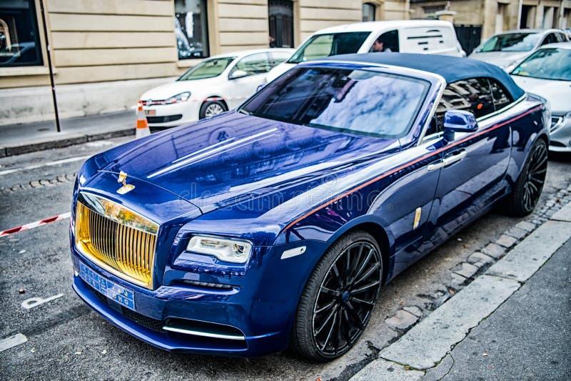 O azul luxuoso do fantasma de rolls royce rolls royce do supercarro e a cor do ouro estacionaram na rua em Paris rolls royce roll imagens de stock royalty free