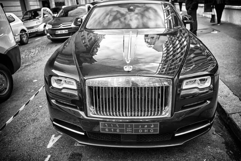 O azul luxuoso do fantasma de rolls royce rolls royce do supercarro e a cor do ouro estacionaram na rua em Paris rolls royce roll fotografia de stock