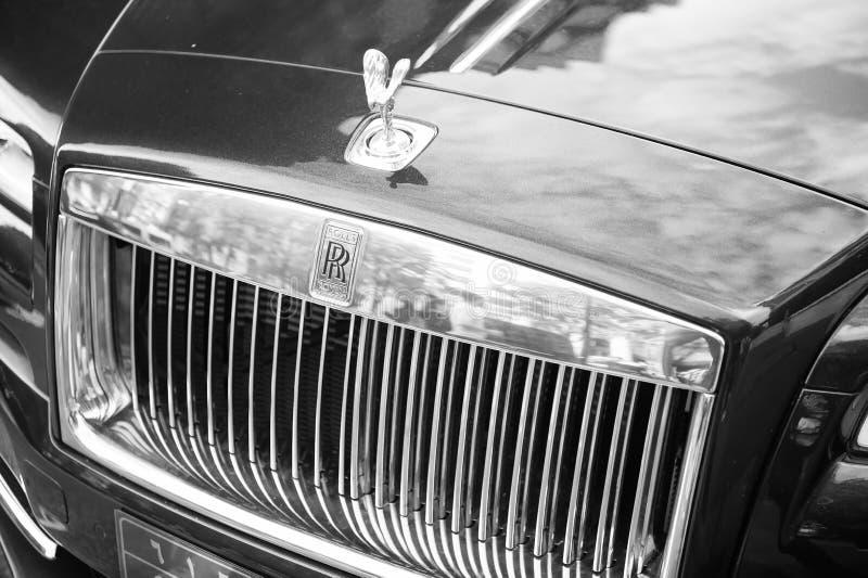 O azul luxuoso do fantasma de rolls royce rolls royce do supercarro e a cor do ouro estacionaram na rua em Paris rolls royce roll imagem de stock