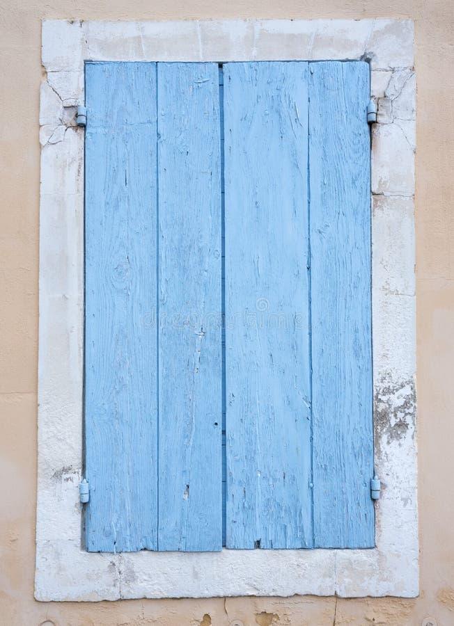 O azul muito velho pintou obturadores na janela na casa francesa medieval imagem de stock royalty free