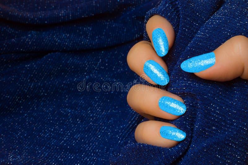 O azul prega o tratamento de mãos fotografia de stock royalty free