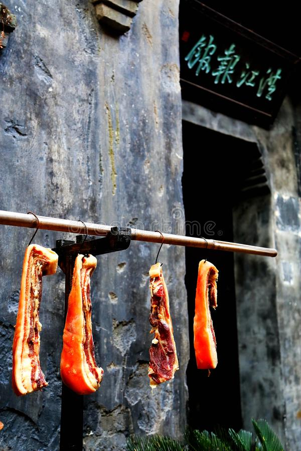 O bacon fumado na cidade comercial antiga de Hongjiang foto de stock