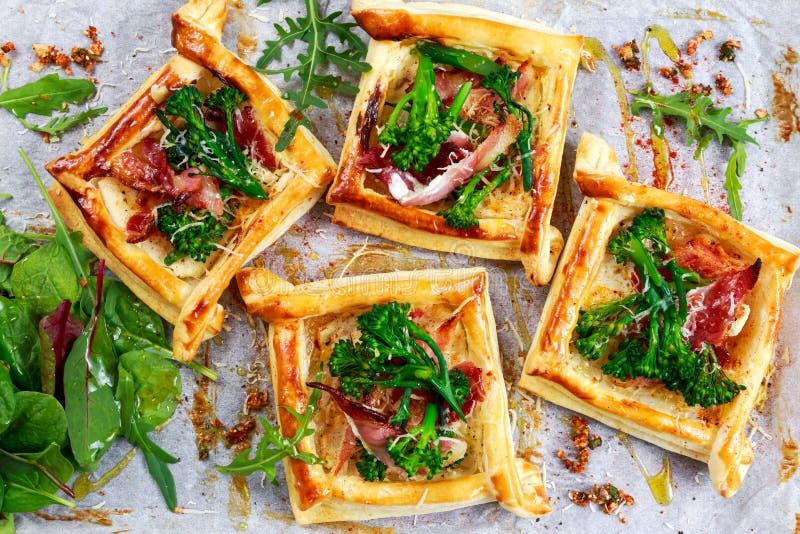 O bacon, queijo, brócolis do tenderstem derruba a massa folhada, com salada verde imagem de stock royalty free