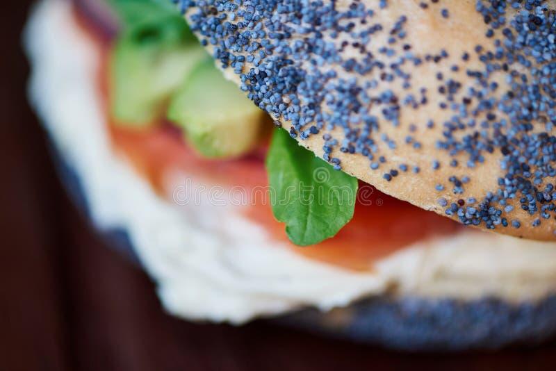 O bagel delicioso dos salmões e do queijo creme em um serviço embarca fotografia de stock