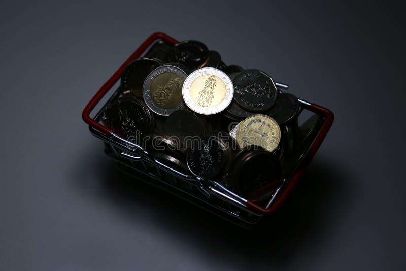 O baht novo de Tailândia da coleção inventa o dinheiro da pilha na cesta imagens de stock