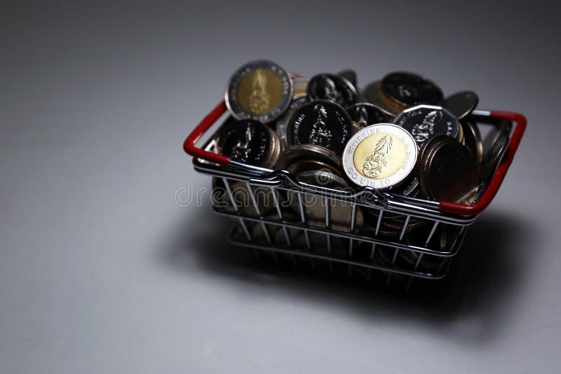 O baht novo de Tailândia da coleção inventa o dinheiro da pilha na cesta imagem de stock royalty free
