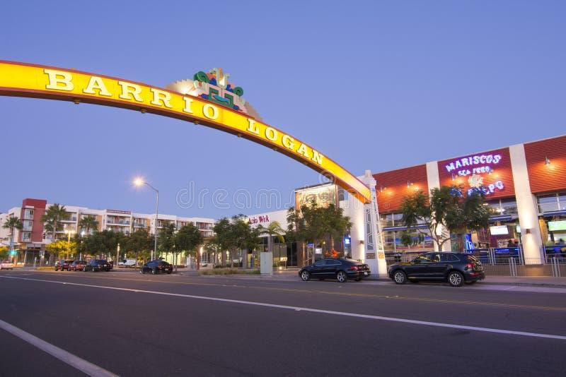 O bairro Logan iluminou o sinal durante o crepúsculo em San Diego, Cali foto de stock royalty free