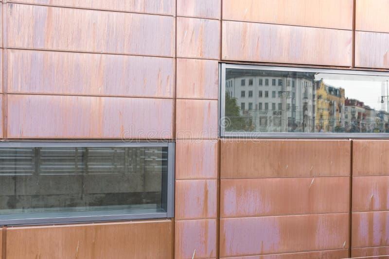 O bairro residencial está refletido na arquitetura moderna de uma nova casa fotos de stock royalty free