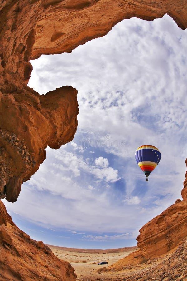 O balão voa acima de uma garganta pitoresca imagens de stock
