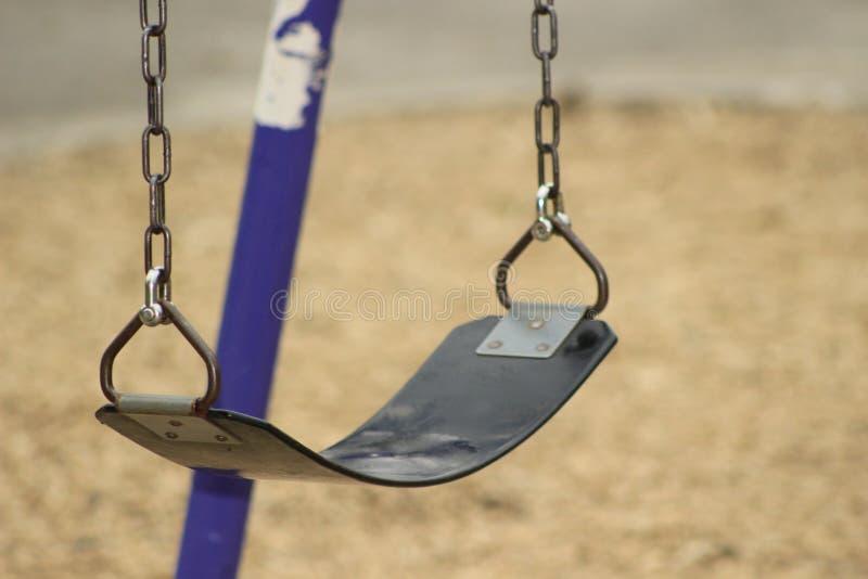 O balanço ajustou-se em um campo de jogos da escola, foco slective imagem de stock royalty free