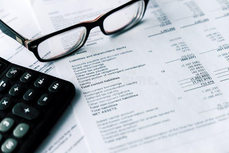 O balanço financeiro e o monóculo, conceito do negócio, original são modelo imagem de stock