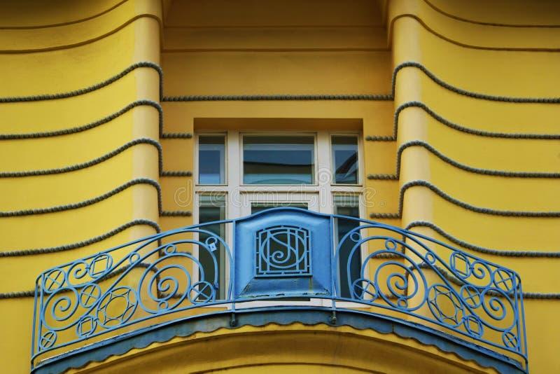 O balcão com mão crafted a cerca e uma construção do centro de Zagreb da janela, Croácia, fundo do céu azul imagens de stock
