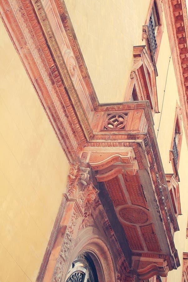 O balcão do palácio Detalhe arquitectónico imagens de stock royalty free