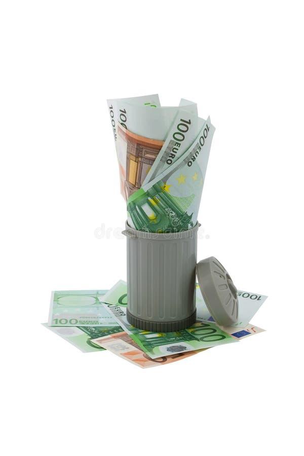O balde do lixo encheu em demasia com dinheiro europeu representa fotos de stock royalty free