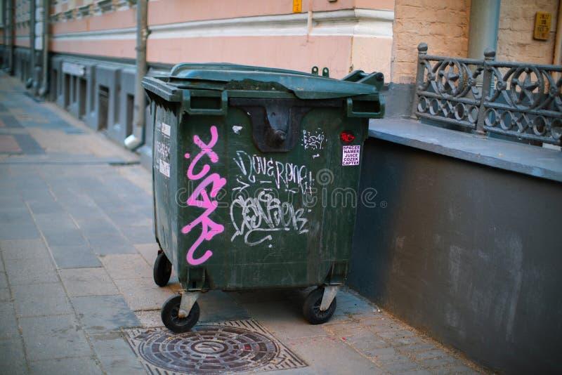 O balde do lixo está no pavimento fotos de stock royalty free