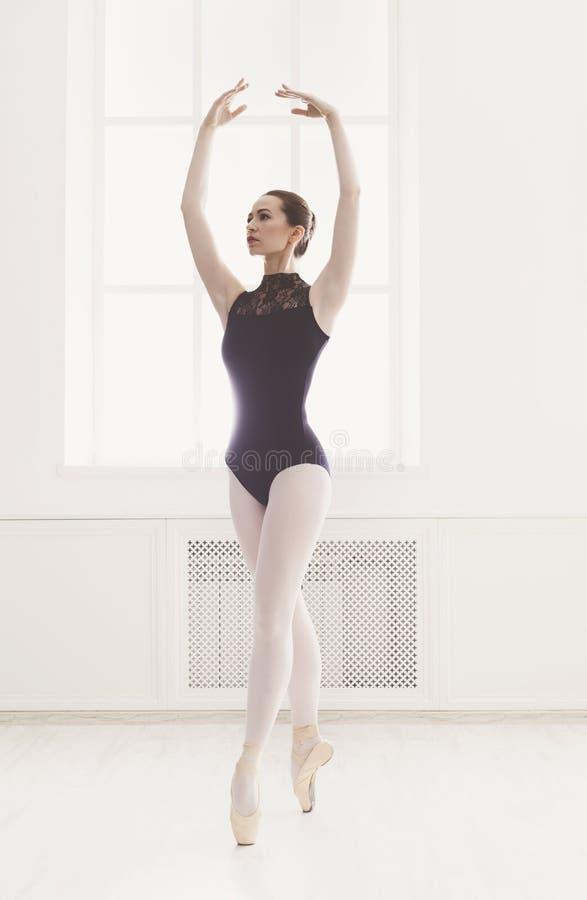O ballerine bonito está na quinta posição de bailado foto de stock