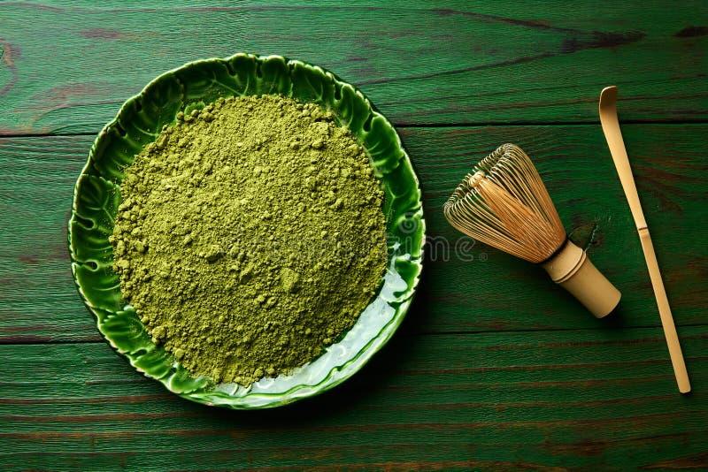 O bambu do pó do chá de Matcha chasen e dá fotos de stock