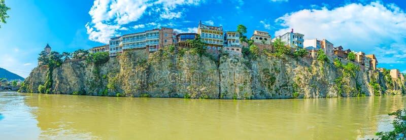 O banco rochoso de Kura em Tbilisi imagens de stock