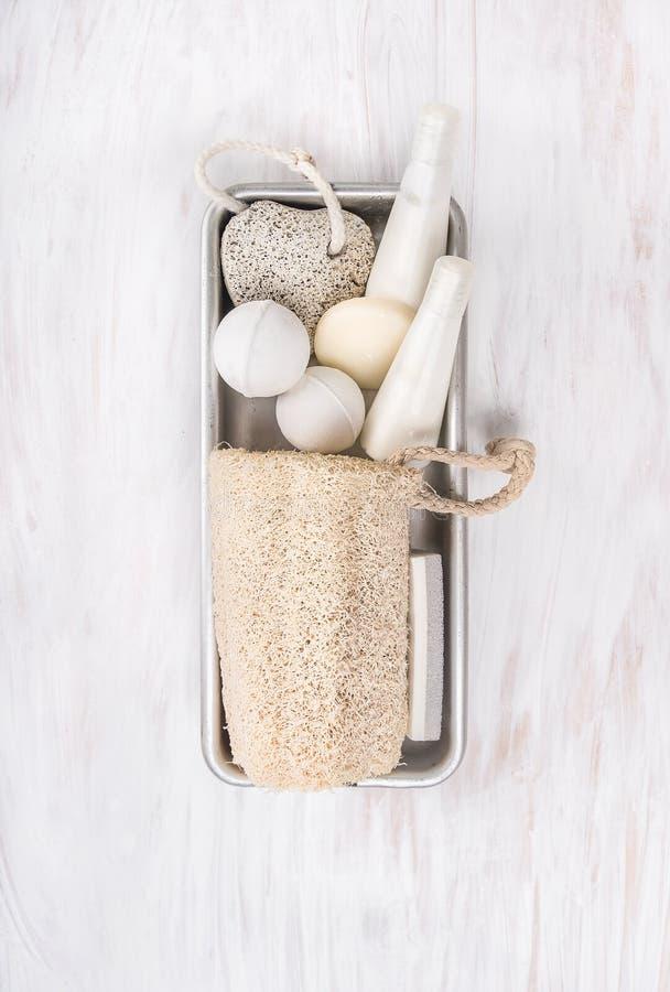 O banheiro branco dos termas ajustou-se com a esponja natural da bucha na caixa do metal foto de stock royalty free