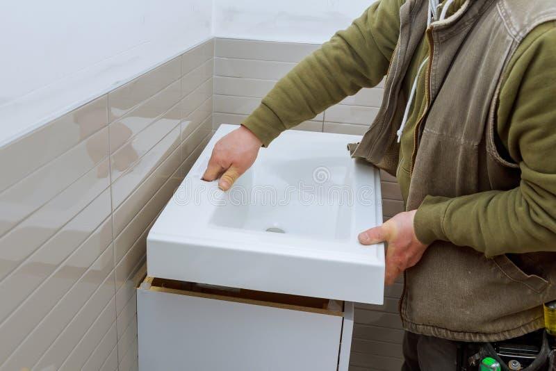 o banheiro moderno com as instalações sanitárias bate contra a vaidade do banheiro imagens de stock