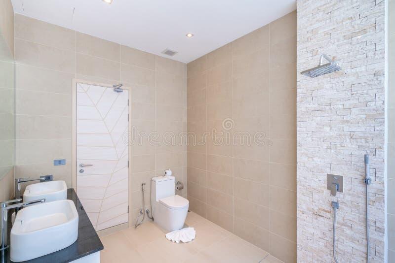 O banheiro real interior bonito luxuoso caracteriza a bacia, a bacia de toalete na casa ou a constru??o de casas imagem de stock royalty free