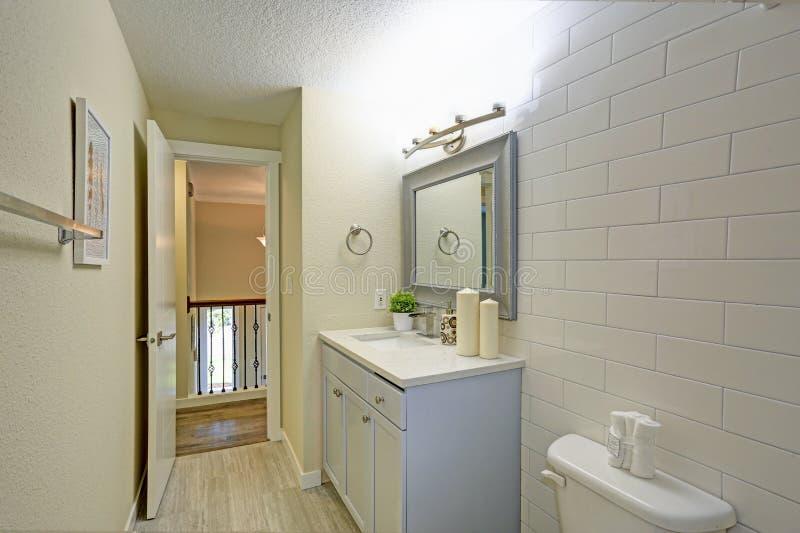 O banheiro recentemente renovado caracteriza claro - vaidade azul do banheiro fotografia de stock royalty free