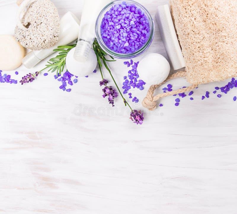 O banho ajustou-se com alfazema na tabela de madeira branca, fundo dos termas imagem de stock