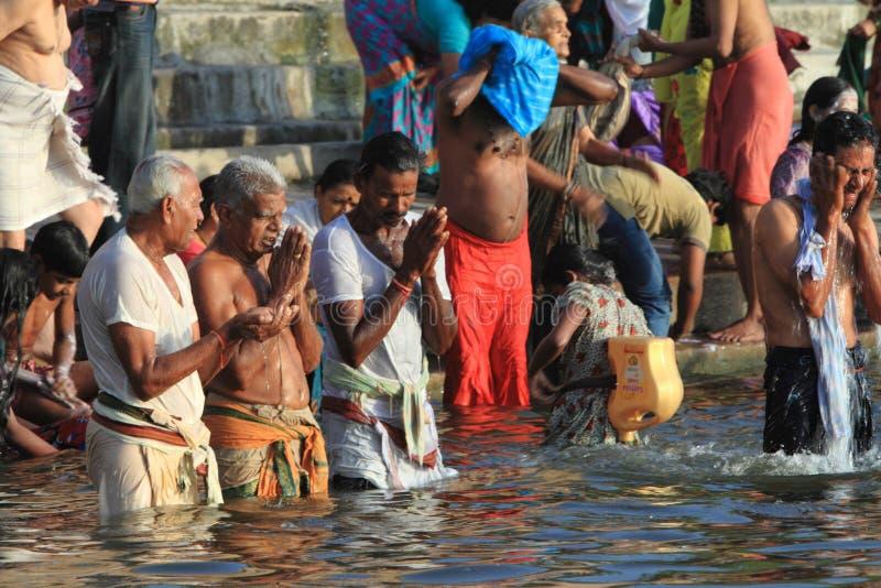 O banho santamente em Varanasi imagem de stock