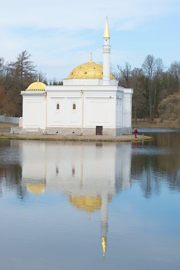 O banho turco, pavilhão na grande lagoa de Catherine Park, dia de abril Tsarskoye Selo foto de stock