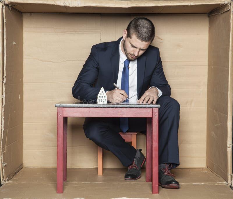 O banqueiro assina um contrato para um empréstimo imagem de stock