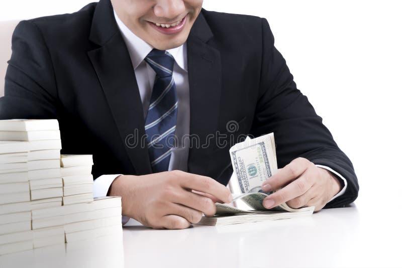 O banqueiro masculino está contando cédulas no fundo branco imagem de stock