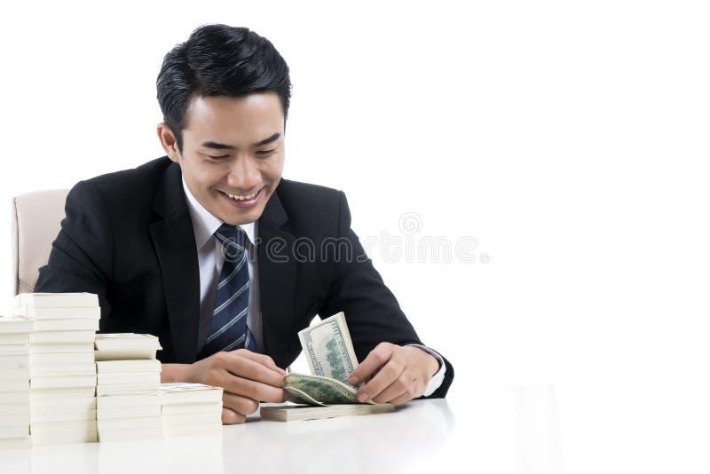 O banqueiro masculino está contando cédulas no fundo e na cópia brancos s imagens de stock royalty free