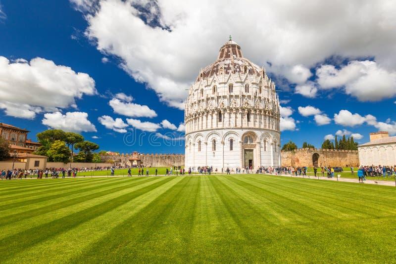 O Baptistery de Pisa de St John no quadrado dos milagre foto de stock royalty free
