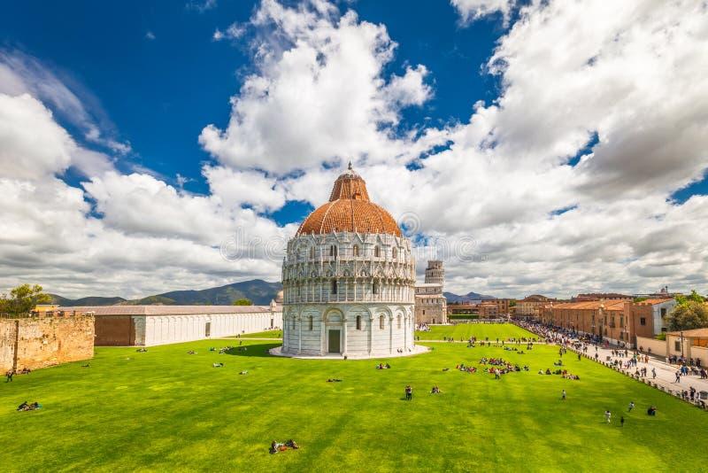 O Baptistery de Pisa de St John no quadrado dos milagre imagem de stock