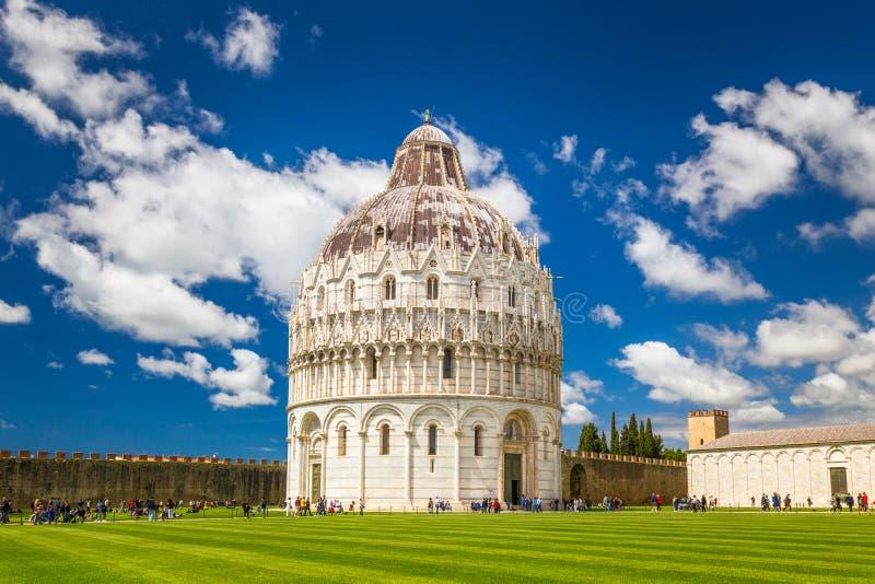 O Baptistery de Pisa de St John no quadrado dos milagre fotografia de stock royalty free